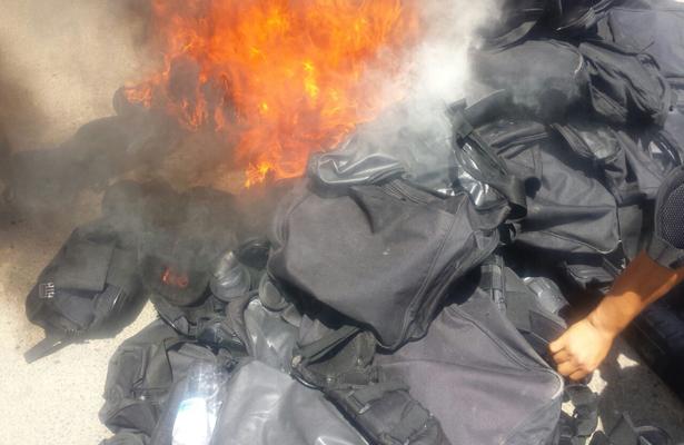 SNTE prende fuego a equipo antimotín de la Policía Federal