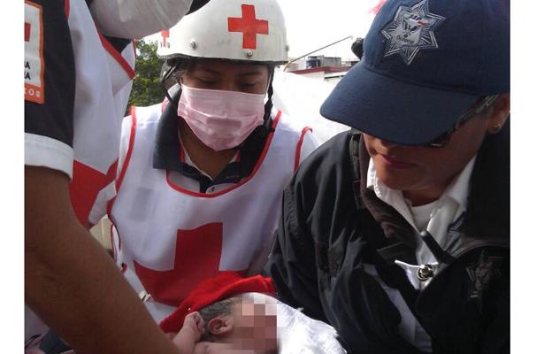 Policías auxilian a mujer en labor parto