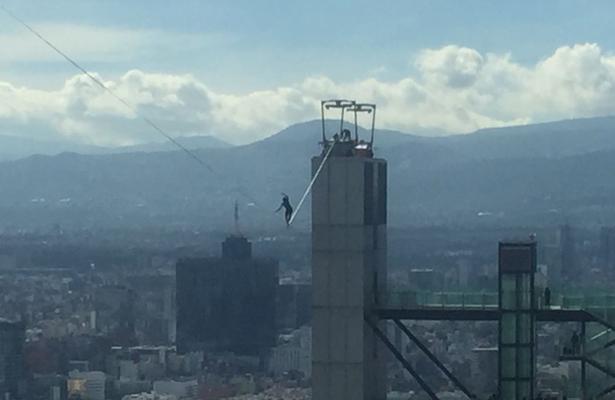Atraviesa Reforma a más de 200 metros de altura