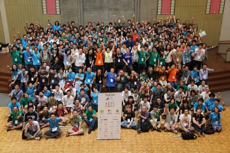 https://storage.googleapis.com/static.ianlewis.org/prod/img/710/pyconapac2013-group-photo_(1)_medium.jpg
