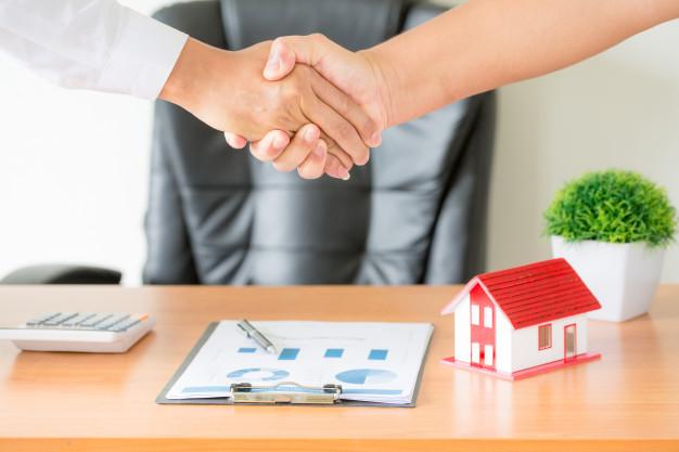 manos-agente-cliente-estrechandose-mano-despues-firmar-contrato-comprar-apartamento-nuevo_1150-14835_9.jpg