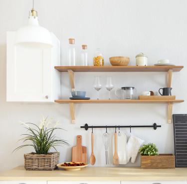 Les essentiels pour équiper la cuisine d'un logement étudiantétagères de cuisine en bois