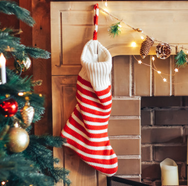Des petits cadeaux à glisser dans les chaussettes de NoëlChausette de Noël sur rebord de cheminée