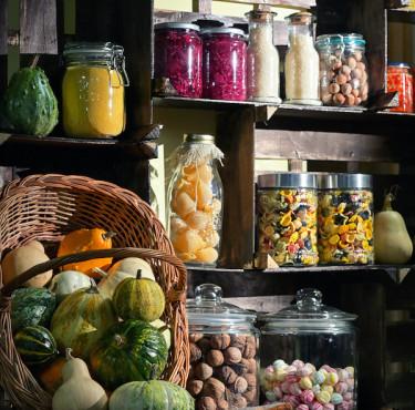 Des livres pour maîtriser la cuisine du placardbocaux sur étagère dans cuisine