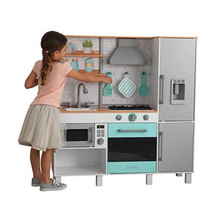 La cuisine en bois avec machine à glaçon par KidKraft