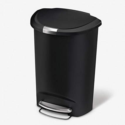 Une poubelle de cuisine avec couvercle verrouillé