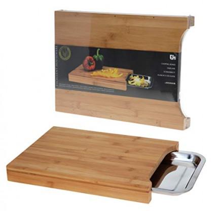 Une planche à découper en bois avec réservoir