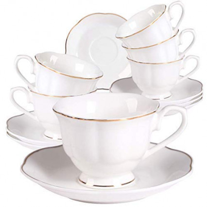 Un service de 4 tasses de thé ou café en porcelaine avec soucoupes