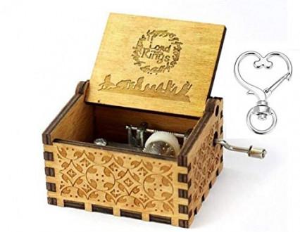Une boîte à musique en bois sur le thème du Seigneur des Anneaux