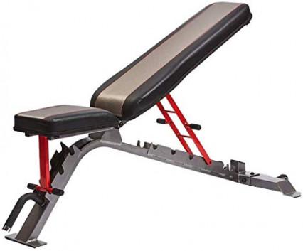 Un banc de musculation inclinable