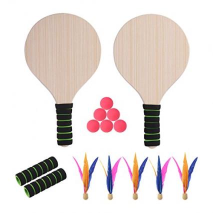Un jeu de raquettes avec des balles et des volants