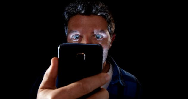 5a smartphone addict neurotic 494255962 - Top 10 des signes qui prouvent qu'une épidémie de zombies a déjà commencé