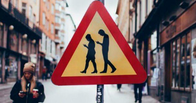 6b swedish zombie smartphone user signs - Top 10 des signes qui prouvent qu'une épidémie de zombies a déjà commencé