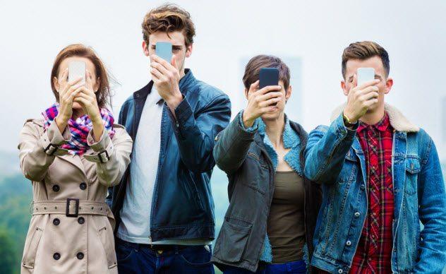 9a smartphone addiction 532609287 - Top 10 des signes qui prouvent qu'une épidémie de zombies a déjà commencé