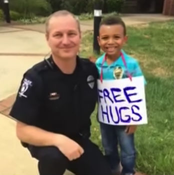boy sign police tears 2 - 5-Year-Old Boy Walks In With Sign Around His Neck. Next, Cops Quickly Reads It And Runs Over In Tears