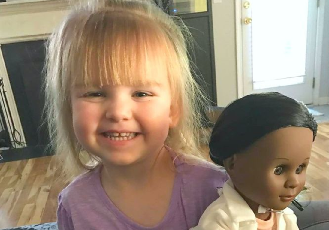 cashier 1 - Two-Year-Old Perfectly Shuts Down Rude Cashier With This Unthinkable Answer