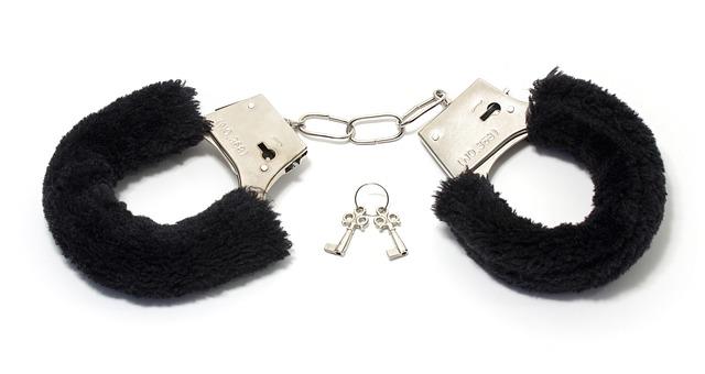 handcuffs 1503841 640 - 【18禁】オススメの無料エロ動画サイト10選