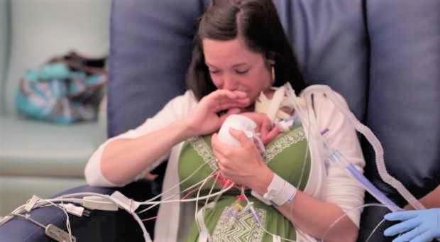 premature sons first year 3 - Ce bébé pesait 700 grammes à la naissance, un an plus tard il étonne tout le monde