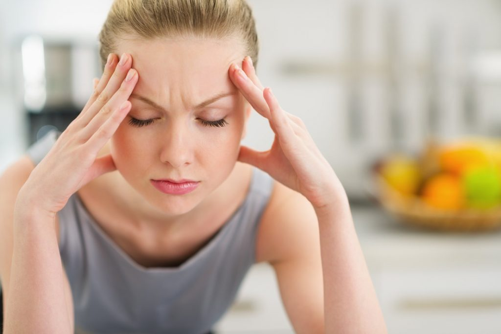 emotionally upset woman 1024x683 - C'est prouvé : faire la tronche au travail est meilleur pour votre productivité et votre santé !