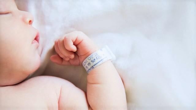 gty baby sleeping hospital bracelet jt 120505 wg - Cette maman est terrifiée pour son bébé malade, regardez ce que l'infirmier va faire