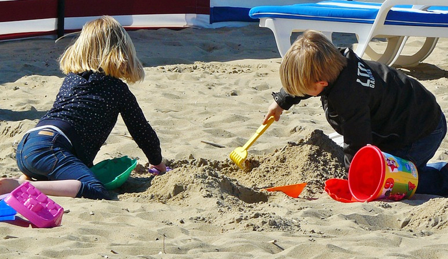 1 56 - 해변에서 놀던 소년이 모래 속에서 여자아이의 팔 발견...'경악'