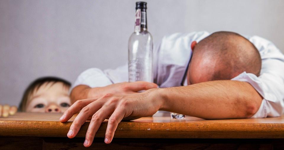 """2345678 5 - """"왜 안 자는 거야""""... 장난삼아 아기에게 술 먹인 남성 '경악'"""