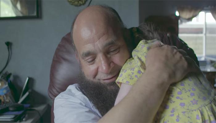 4 11 - 이 남자의 품에서 80여 명의 아이들이 생을 마감했다