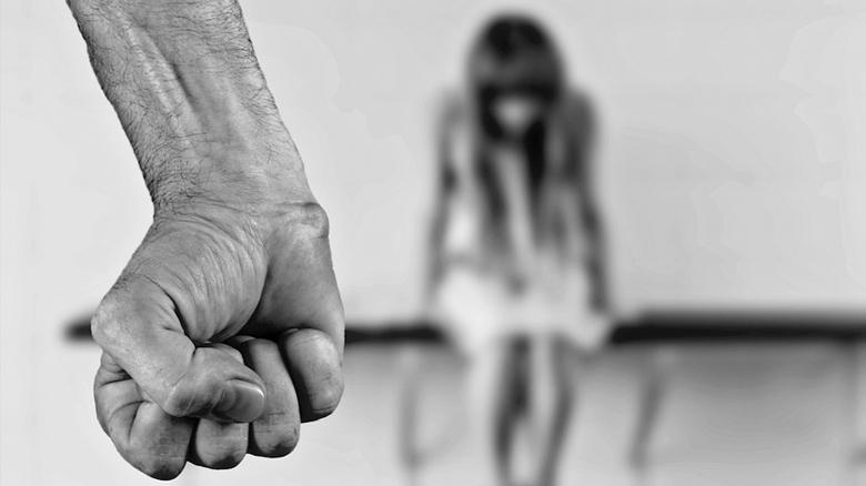 4 45 - 12살 소녀를 임신 시킨 71세 남성 '옷걸이'로 낙태...'경악'