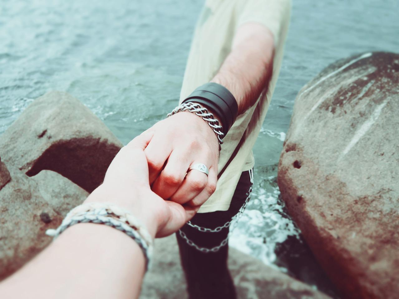 holding hands 924942 1280 - 【超簡単】 クラブナンパお持ち帰りできる方法まとめ