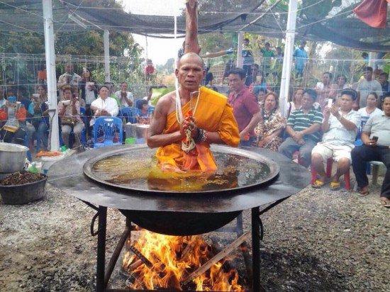 monk in boiling oil 550x412 - 기름이 펄펄 끓는 가마 속에서 명상하는 수도승! 기적을 행한 것일까???