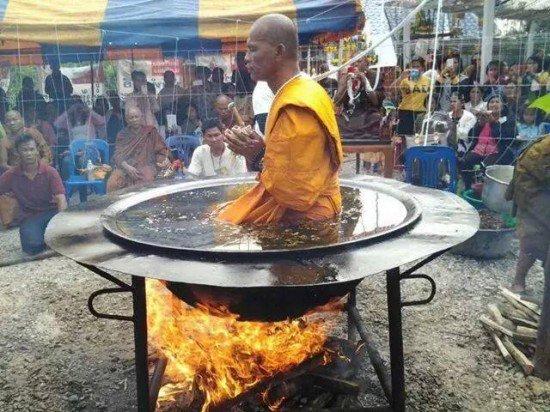 monk in boiling oil2 550x412 - 기름이 펄펄 끓는 가마 속에서 명상하는 수도승! 기적을 행한 것일까???