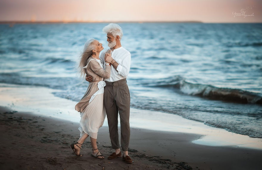 russian photographer makes wonderful photos with an elderly couple showing that love transcends time 5971041437838 png  880 - 평생을 함께해도 서로를 보는 눈에서 꿀 떨어지는 노부부의 사진 '진한 감동' (10장)