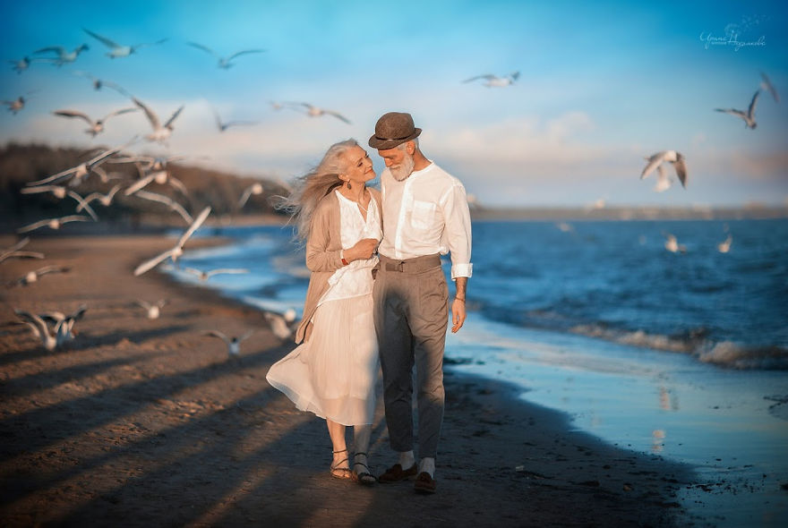 russian photographer makes wonderful photos with an elderly couple showing that love transcends time 5971043a89352 png  880 - 평생을 함께해도 서로를 보는 눈에서 꿀 떨어지는 노부부의 사진 '진한 감동' (10장)