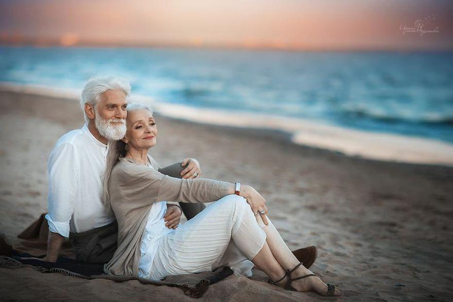 russian photographer makes wonderful photos with an elderly couple showing that love transcends time 59710496226e4  880 - 평생을 함께해도 서로를 보는 눈에서 꿀 떨어지는 노부부의 사진 '진한 감동' (10장)