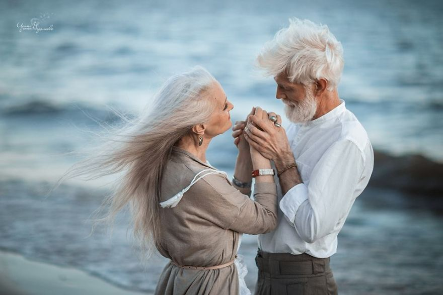 russian photographer makes wonderful photos with an elderly couple showing that love transcends time 597104c3e5d64  880 - 평생을 함께해도 서로를 보는 눈에서 꿀 떨어지는 노부부의 사진 '진한 감동' (10장)