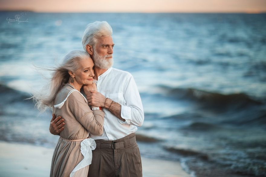 russian photographer makes wonderful photos with an elderly couple showing that love transcends time 5971bbf7bb530  880 - 평생을 함께해도 서로를 보는 눈에서 꿀 떨어지는 노부부의 사진 '진한 감동' (10장)