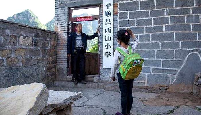 ztrp8540b3wes3g618e0 - 단 '한 명'의 제자 위해 매일 '절벽 위' 학교로 출근하는 선생님