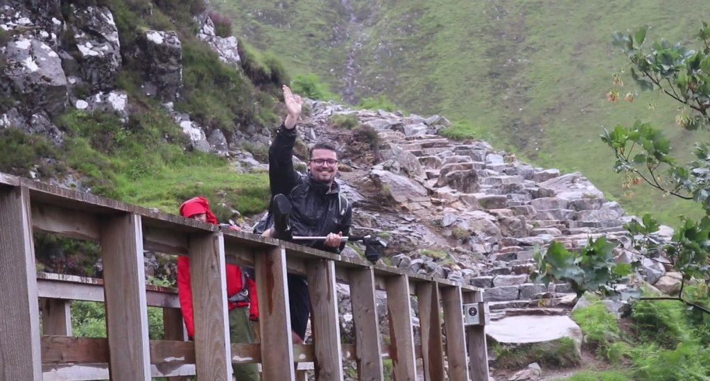 11 1024x549 - '하이힐'을 신고 가장 높은 산을 오른 영국 남학생, 그 이유는?