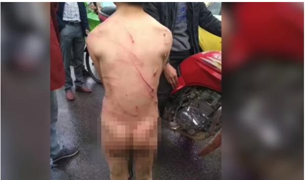 1708080303 - 아들이 2만 원을 훔쳤다는 이유로 채찍질한 아빠, 학대 논란(영상)