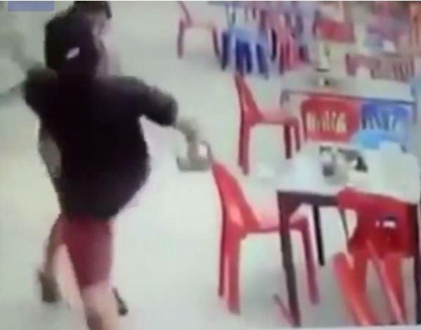 """1708260403 facebookdailymail - """"감히 나를 거절해?"""" 번호 안 알려줬다고 여성 마구 '폭행'한 남성 (영상)"""