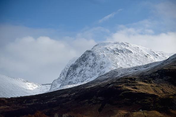 6 2 - '하이힐'을 신고 가장 높은 산을 오른 영국 남학생, 그 이유는?