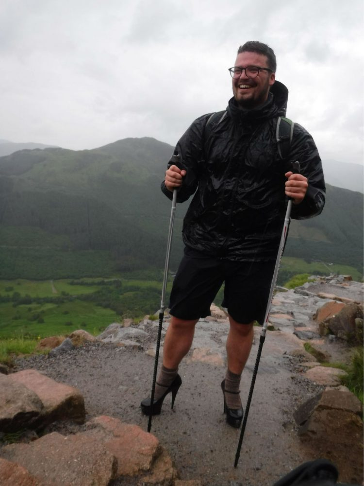 7 2 - '하이힐'을 신고 가장 높은 산을 오른 영국 남학생, 그 이유는?