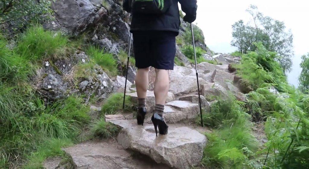 8 1024x561 - '하이힐'을 신고 가장 높은 산을 오른 영국 남학생, 그 이유는?