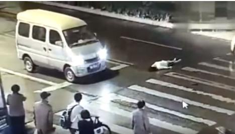 article 4 5 - 뜨거운 더위에 도로에서 의식 잃은 교통 경찰, 시민들이 구했다 (영상)