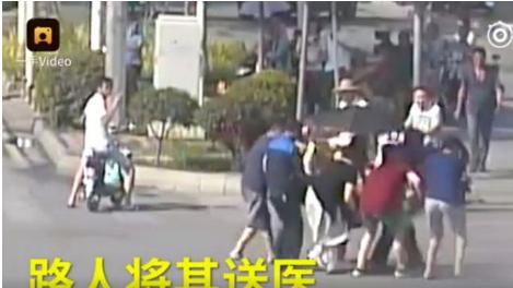 article 4 6 pear video - 뜨거운 더위에 도로에서 의식 잃은 교통 경찰, 시민들이 구했다 (영상)