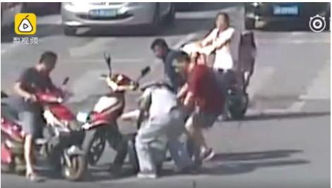 article 4 7 pear video 1 - 뜨거운 더위에 도로에서 의식 잃은 교통 경찰, 시민들이 구했다 (영상)