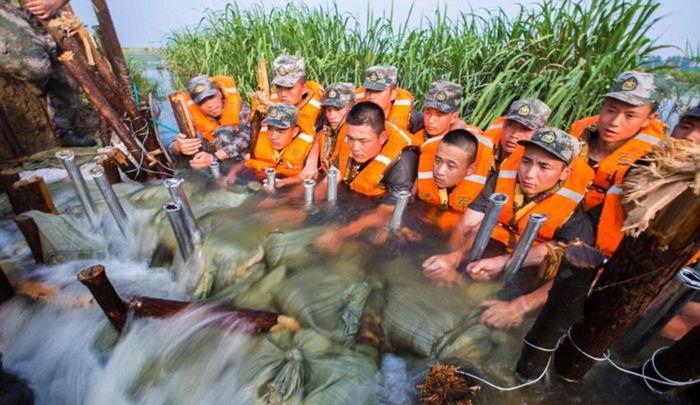 dailymail 1 - '홍수'로부터 아이들을 지키기 위해 '인간 다리'가 된 군인들
