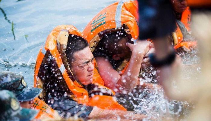 dailymail 2 - '홍수'로부터 아이들을 지키기 위해 '인간 다리'가 된 군인들