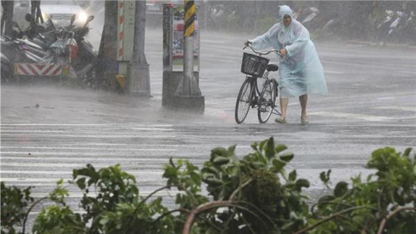 img 59a4db26a77db - 超狂阿伯戴斗笠在「颱風天洗車」!他把泡沫塗滿後居然....網友笑翻:「一看就是老江湖!」