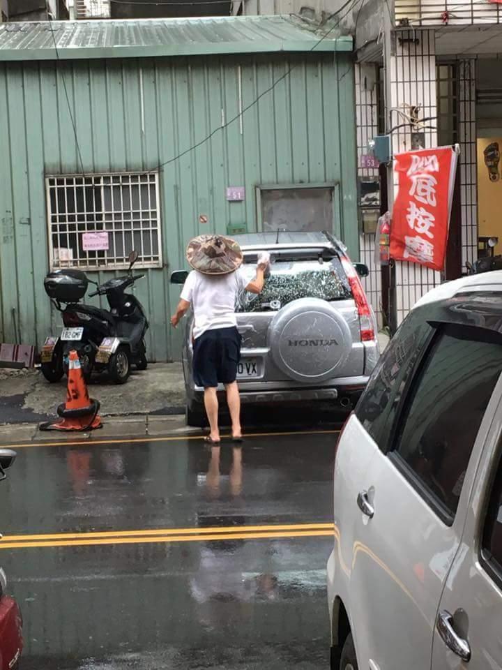 img 59a4db3496324 - 超狂阿伯戴斗笠在「颱風天洗車」!他把泡沫塗滿後居然....網友笑翻:「一看就是老江湖!」